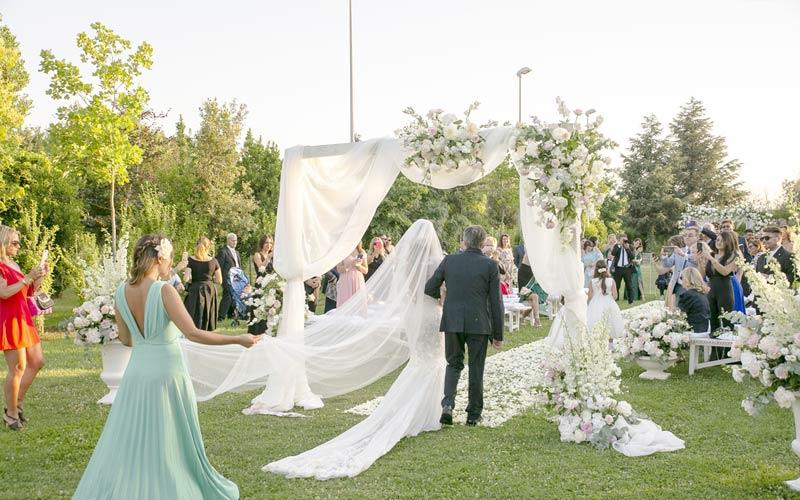 decorazioni-floreali-matrimonio-ingresso-sposa-alba-greco-event-planner