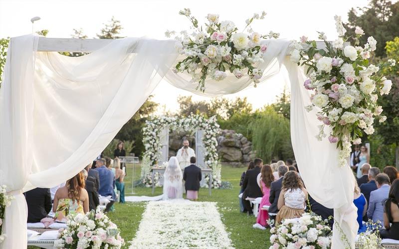 decorazioni-floreali-matrimonio-sposi-altare-alba-greco-event-planner